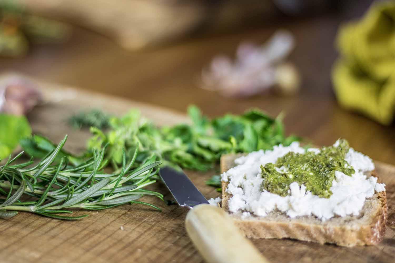 chléb chleba pečivo s bylinkovým pestem rozmarýn bazalka libeček petrželka lehká vyvážená zdravá večeře